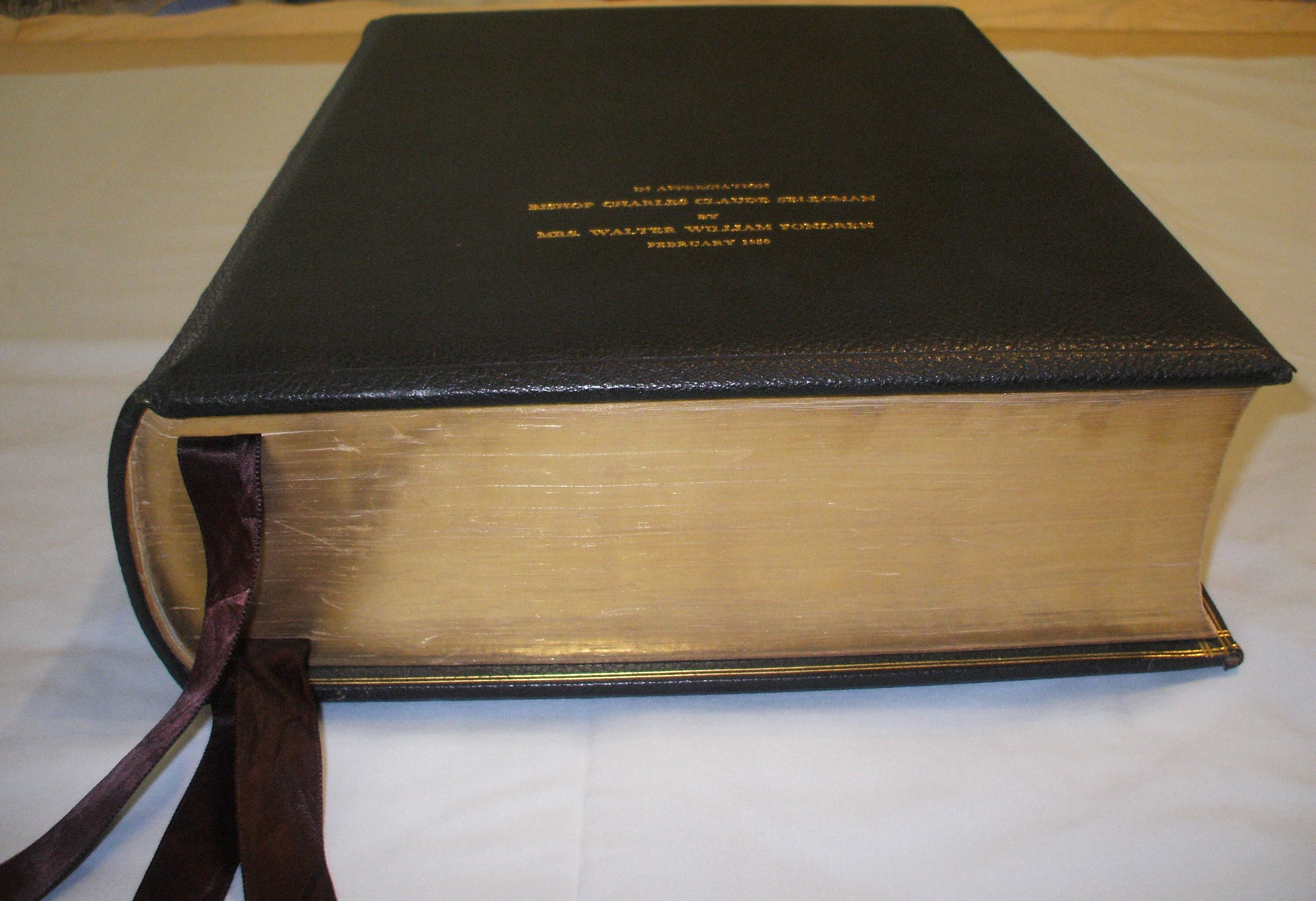 Oxford Lectern Bible Bottom Edge